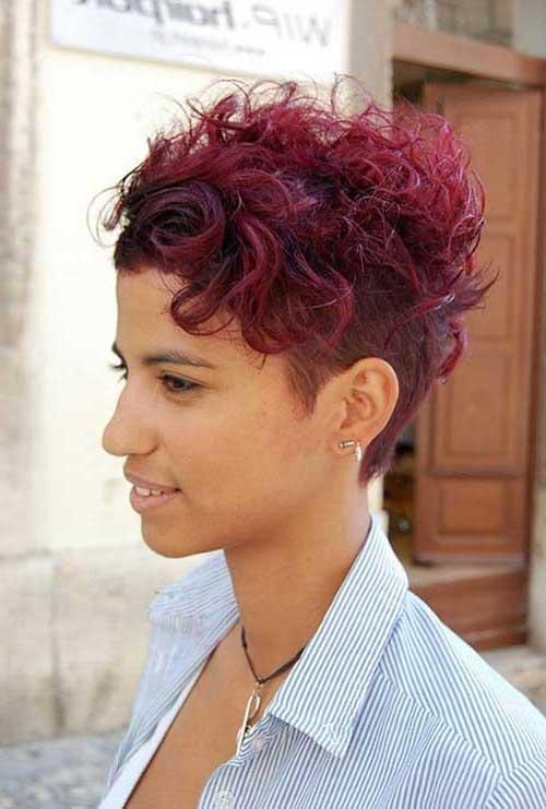 cabelos coloridos de vermelho e curtos