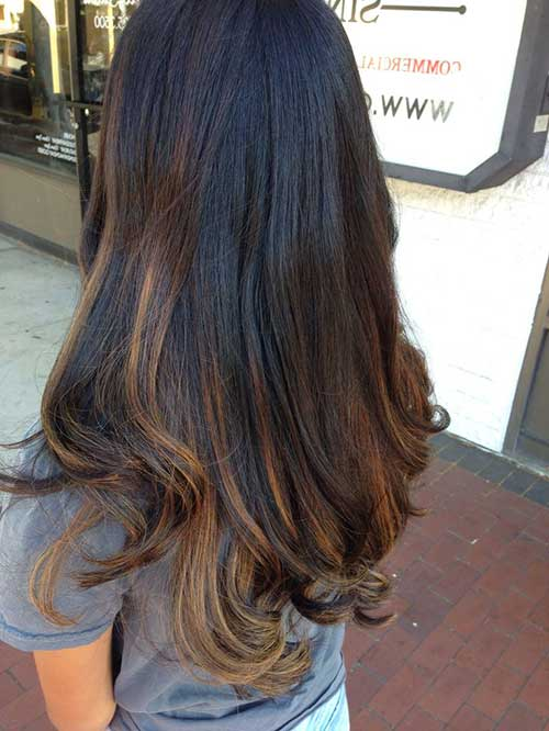 cabelo preto grande com luzes acobreadas