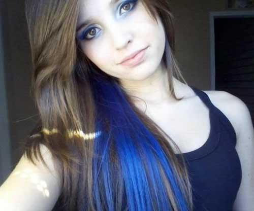 cabelo loiro com madeixa azul