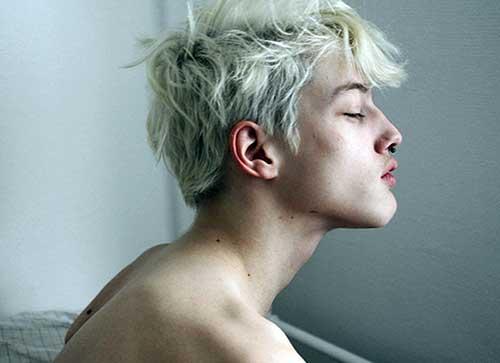 virou moda homens com cabelos descoloridos