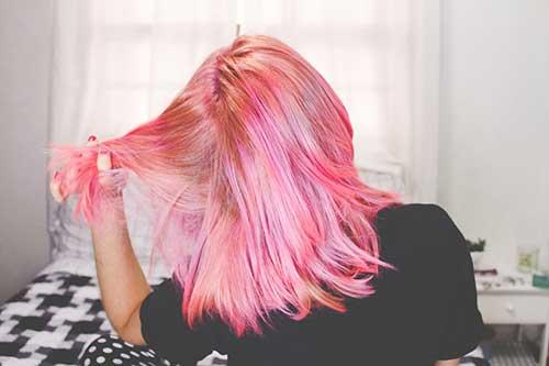 cabelo rosa pintado com anilina