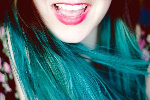 cabelo azul esverdeado