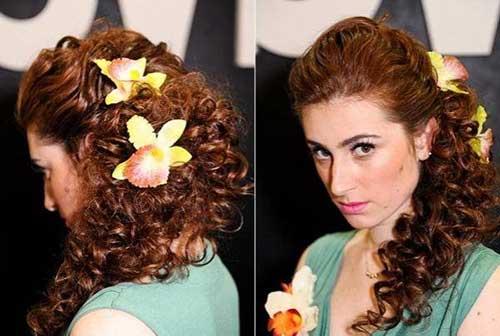 penteado com flores de acessorio