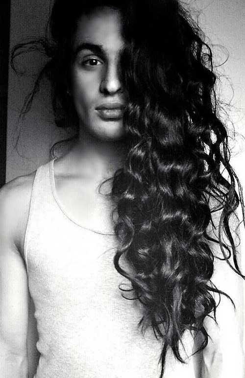 cabelo ondulado de homem belo