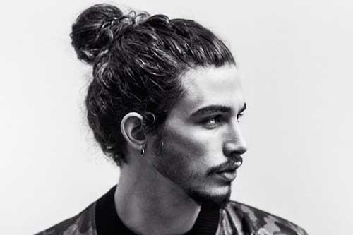 cabelo cacheado grande com penteado tipo coque samurai