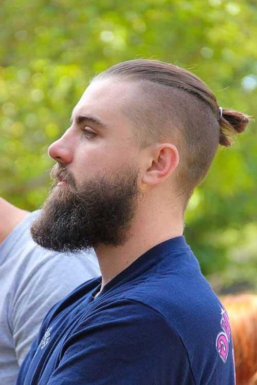 cabelo curto com coque e barba