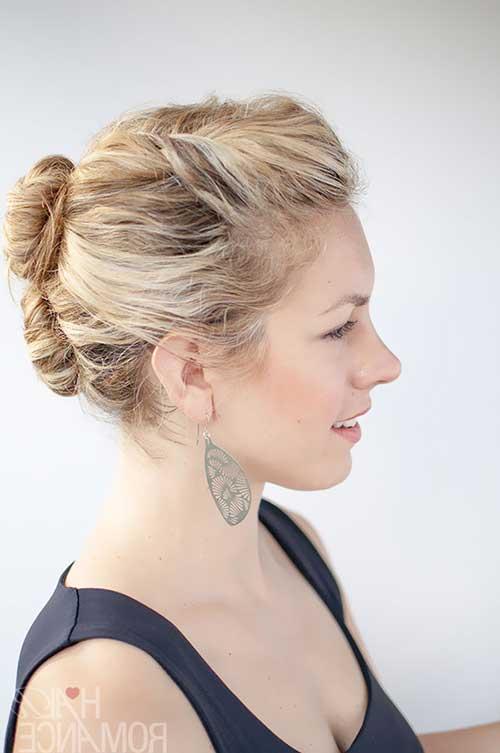 penteado tipo coque com topete em fio curto