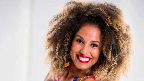 cabelo afro com iluminaçao loiro mel