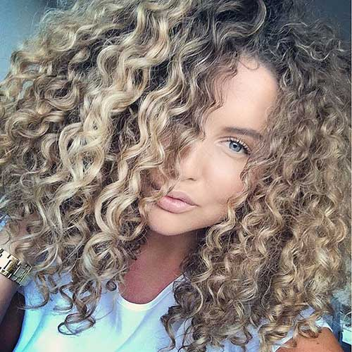 cabelos cacheados com mechas loiras