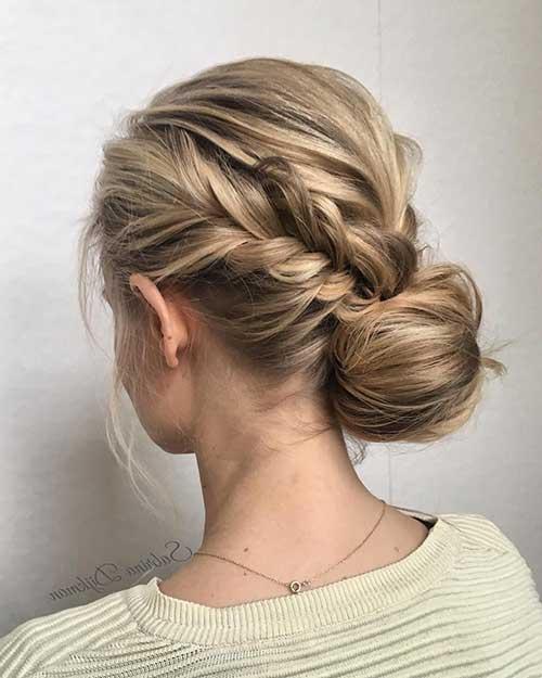 penteado com topete pequeno, tranças e coque