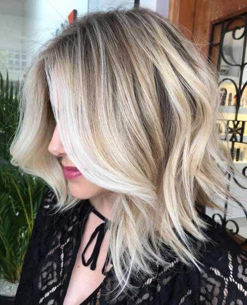 corte de cabelo long bob com mechas loiras coloridas em tons de loiro bem claro