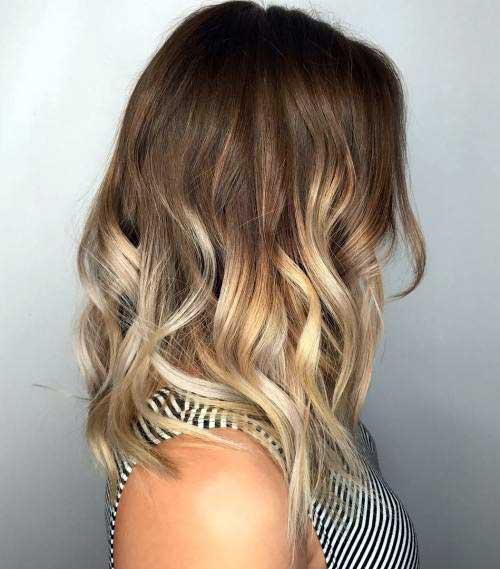 cabelo medio com mechas loiras