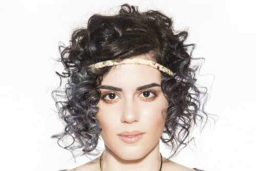 cabelo cacheado curto de tiara