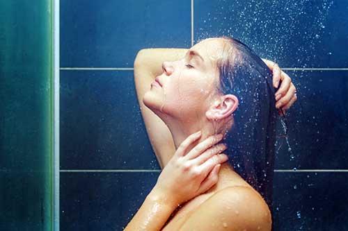 agua quente aumenta a oleosidade do cabelo