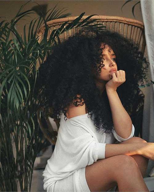 cabelo cacheado longo e com volume
