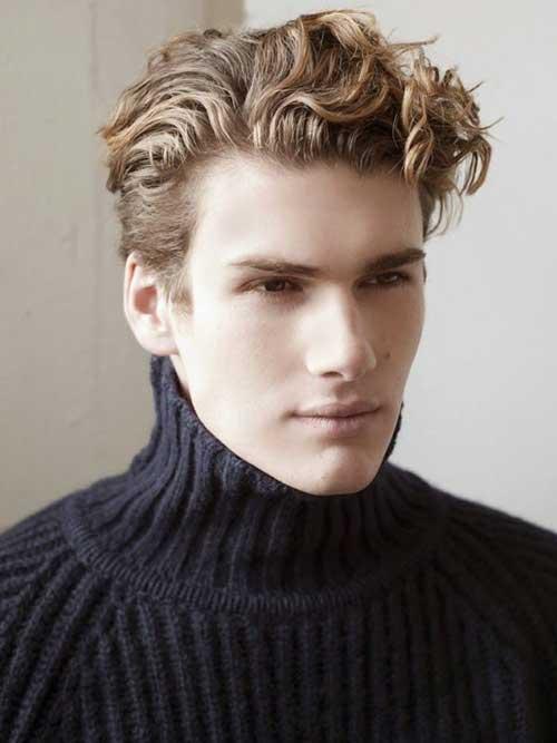 cabelos em ondas de homem bem apessoado