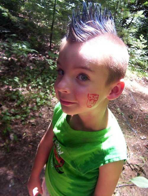 cabelos de criança pintados com giz