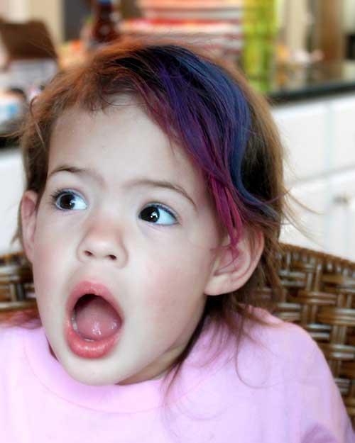 como pintar o cabelo infantil com tinta caseira multicolorida
