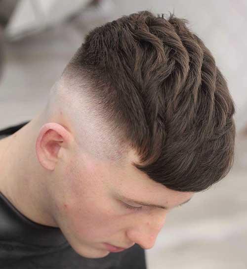 cabelo masculino arrumado arrepiado com os dedos