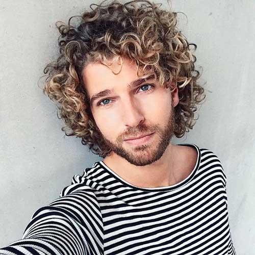 cabelo cacheado medio em homem