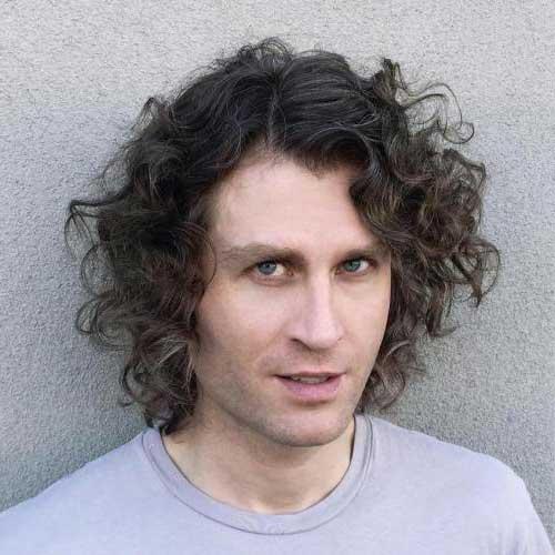cabelo cacheado de homem com bastante volume
