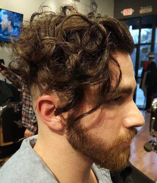cabelo masculino com cachos bagunçados