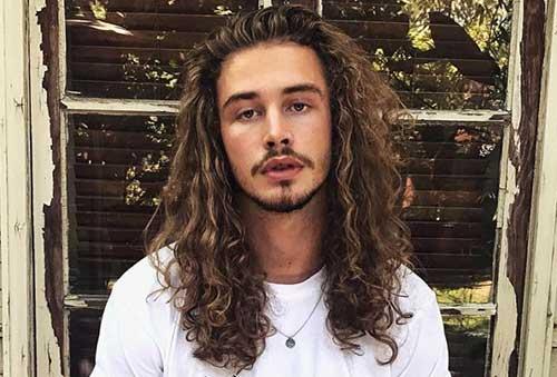 cabelo cacheado comprido em modelo famoso