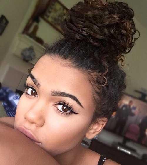 penteado cacheado feminino tipo coque alto