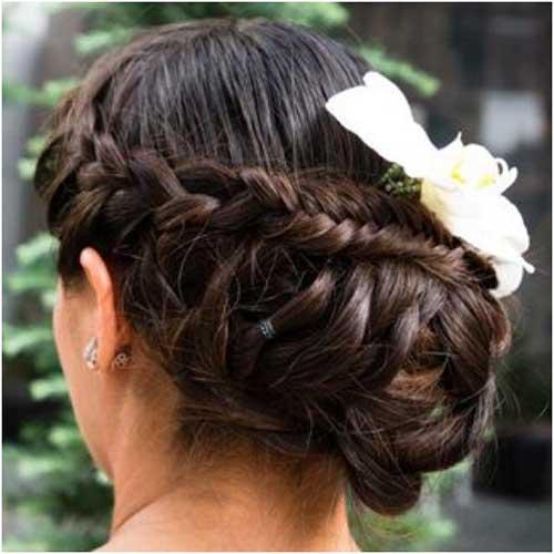 penteado com flor ornamental