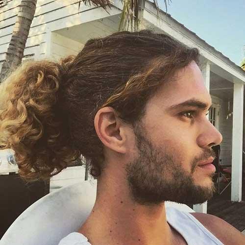 cabelo grande masculino enrolado com luzes nas pontas