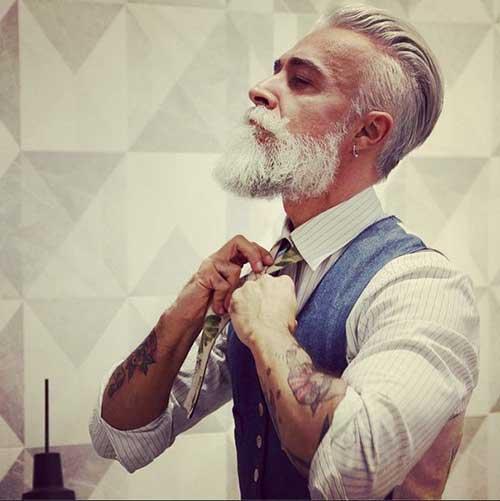 homem bem arrumado com cabelo branco