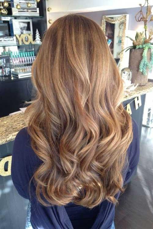 cor de cabelo caramelo em fios ondulados