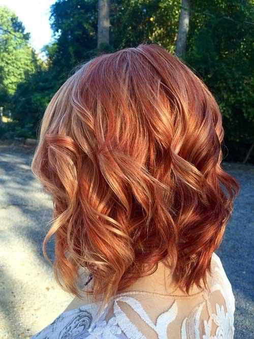 cabelo acobreado iluminado com luzes loiras