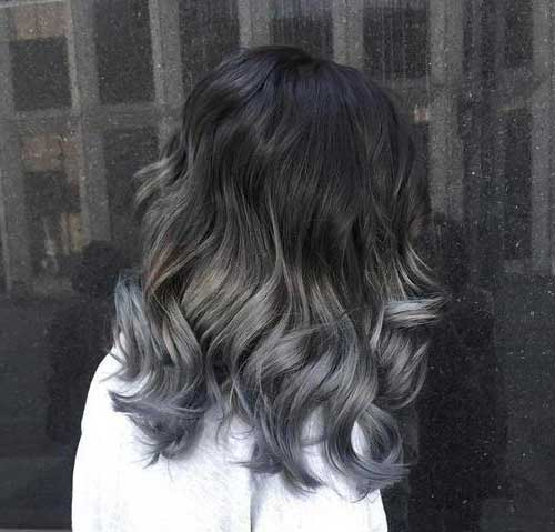 cabelo preto com mechas cinza iluminando
