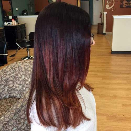 cabelo preto tingido com reflexos avermelhados