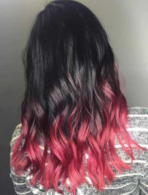 cabelo preto com pontas avermelhadas quase rosas