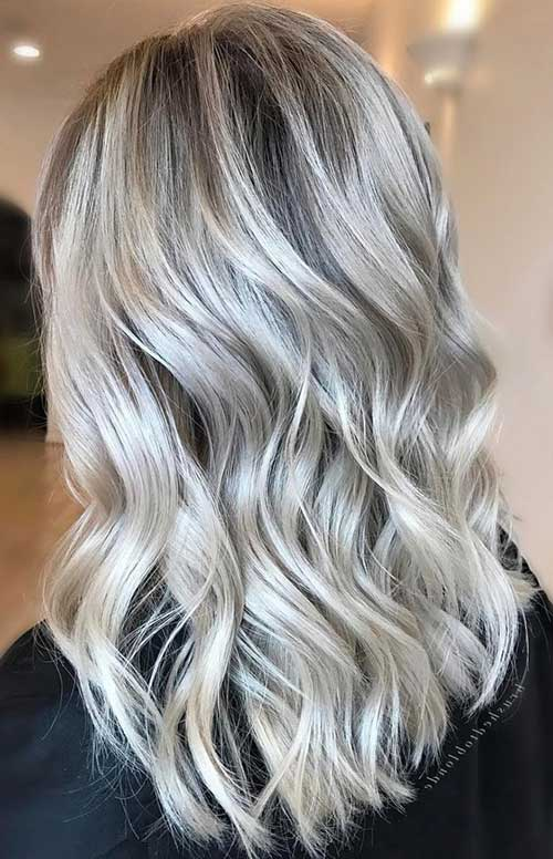 cabelo loiro acinzentado claro com mechas