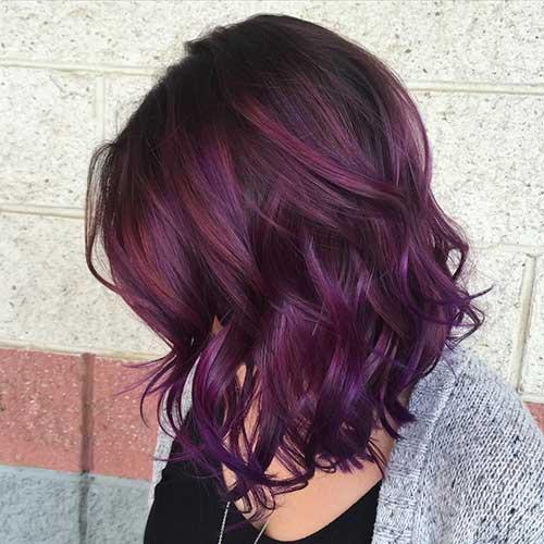 cabelo curto ondulado com mechas violeta bonitas