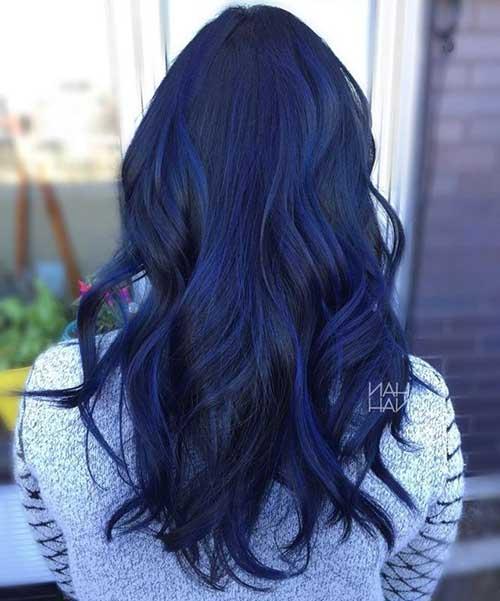 cabelo preto com mechas balayage azul