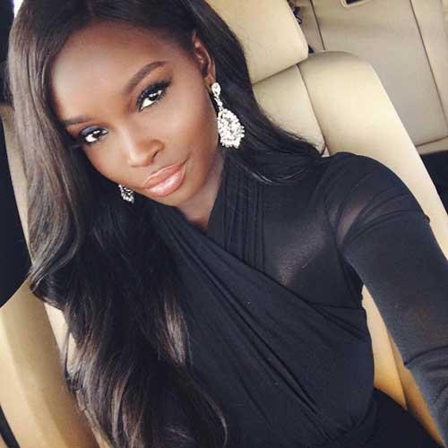 cabelo castanho quase preto em mulher negra