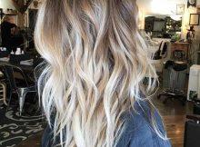 cabelo medio com luzes tratado por profissional
