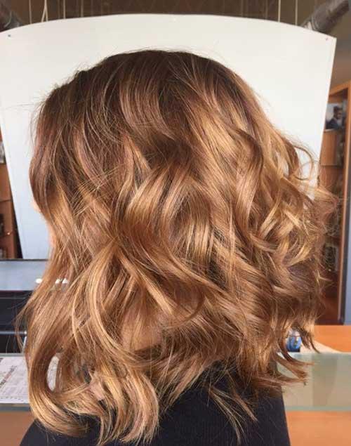 madeixas castanhas caramelizadas em corte de cabelo medio