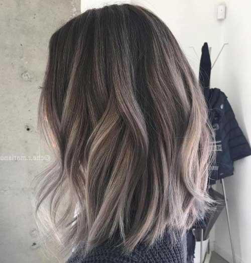 cabelo preto com mechas cinzas e corte medio