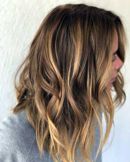 cabelos castanhos ondulados com mechas douradas