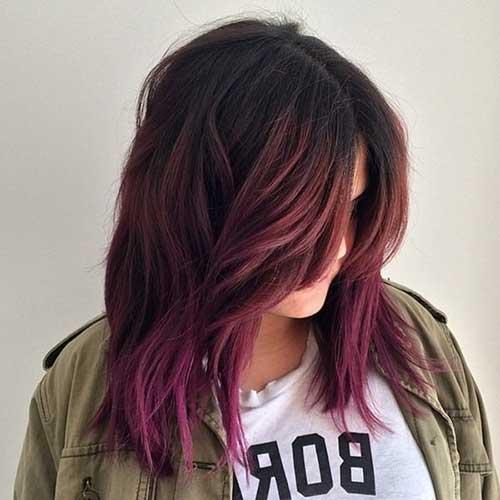 cabelo com mechas vinho opacas e pontas rosa