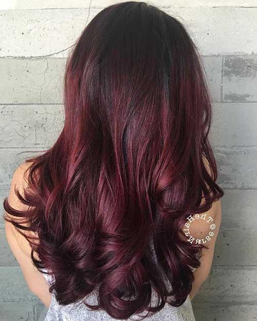 cabelo preto com vermelho borgonha