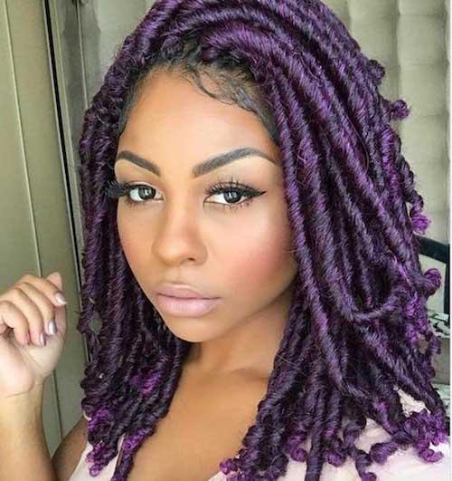 foto de mulher negra com cabelo cacheado roxo