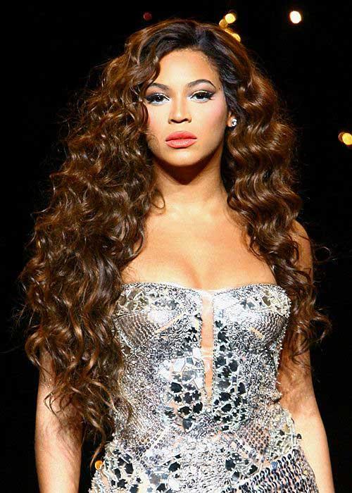 cabelo cacheado de famosa cantora