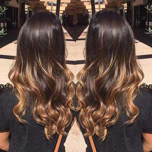 foto de cabelo chocolate escuro com luzes caramelo