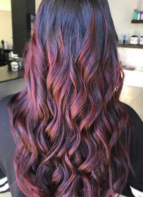 cabelo com mechas marrom e vermelha